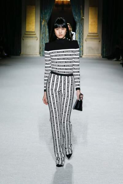 Avec un look noir et blanc, un petit sac noir parfait le look pour Balmain.