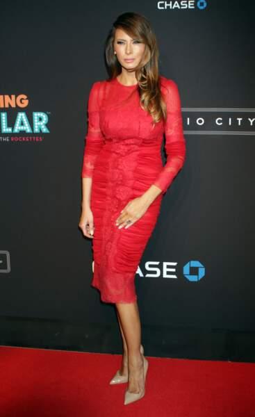 """Melania Trump à la soirée """"Spring Spectacular Opening Night"""" à New York, le 26 mars 2015, dans une robe rouge glamour et élégante."""