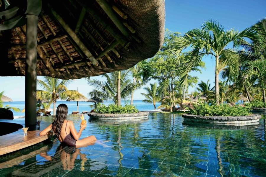 Au LUX* Le Morne à l'île Maurice, on sirote des cocktails dans la piscine. L'occasion rêvée de tester les rhums...