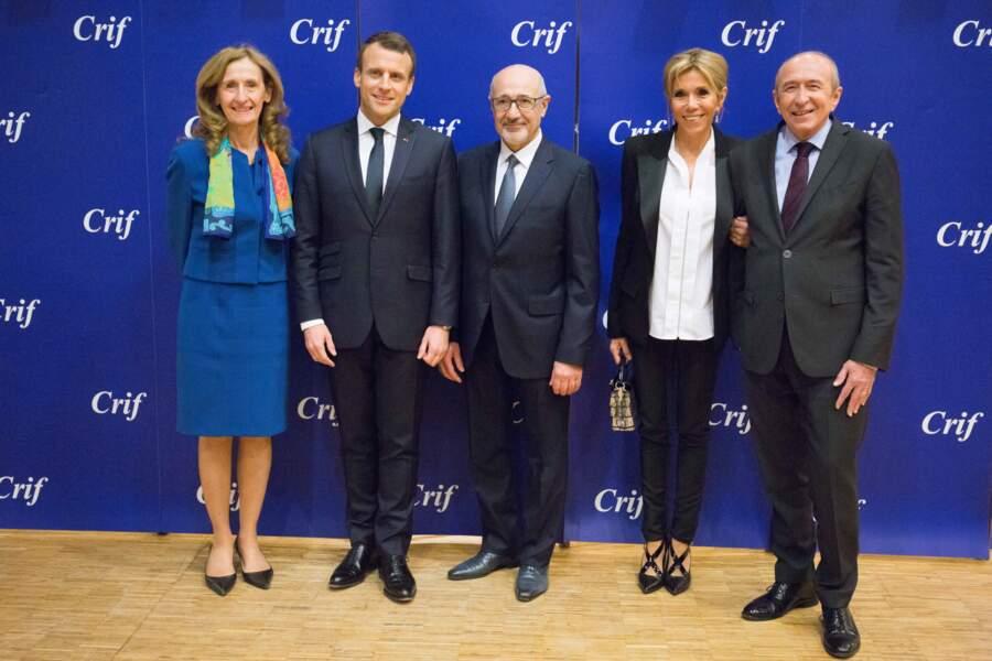Brigitte Macron tout en noir et blanc et chignon chic