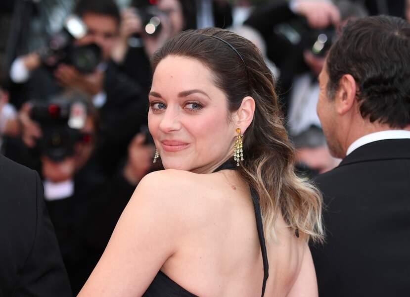 Marion Cotillard choisi de dégager son visage avec un léger serre-tête sur les marches de Cannes