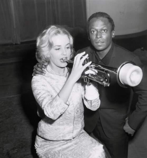 Carré blond à la Marylin Monre, Jane Moreau s'amuse avec le trompétiste Miles Davis