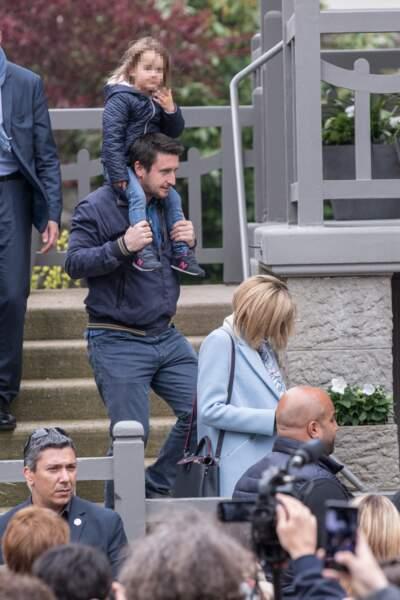 Le gendre Brigitte Macron, Antoine sort de la maison du Touquet avec sa fille sur les épaules