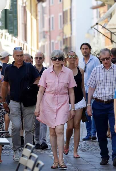 Theresa May avait l'air très décontractée dans sa robe chemise rose