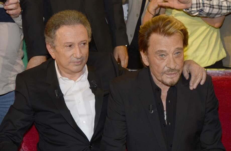 """Michel Drucker et Johnny Hallyday sur le plateau de """"Vivement Dimanche"""" en 2014"""