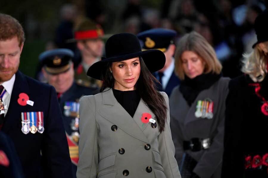 Meghan Markle, portant une capeline noire lors de la cérémonie de l'ANZAC à Londres le 25 avril 2018