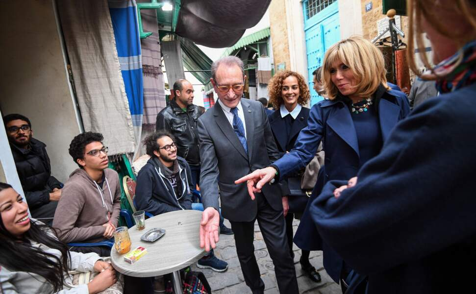 Brigitte Macron discute avec la jeunesse tunisienne en compagnie de Bertrand Delanoe