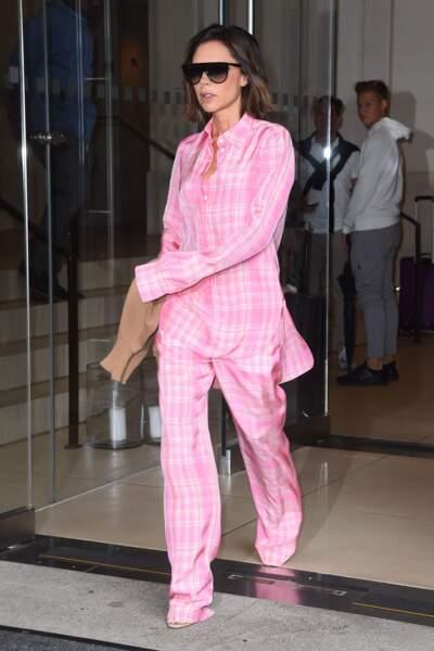 Victoria Beckham en ensemble pyjama rose à New York le 29 aout 2017