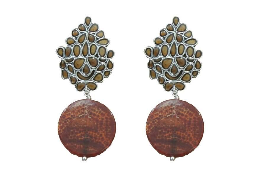ETHNIC-CHIC, boucles d'oreilles en agate et émail. Césarée, 147 €.
