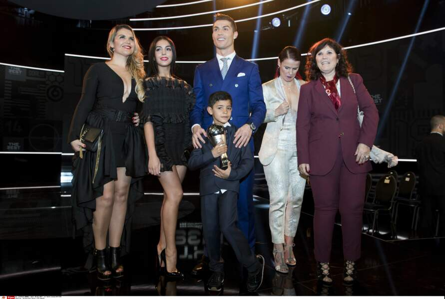 Ronaldo pose avec Georgina, son fils, sa mère Maria Dolores sur la scène du Gala de la Fifa