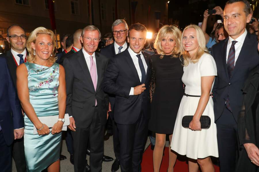 Brigitte Macron, bronzée et joliment maquillée en total look noir en Autriche