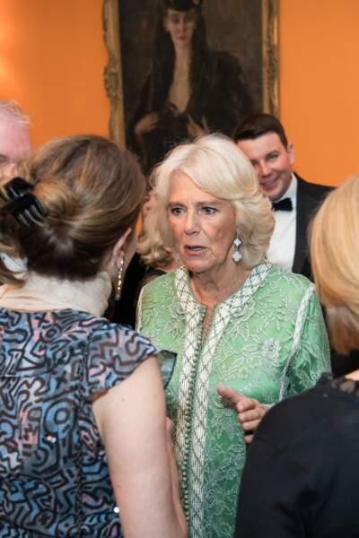 Camilla Parker Bowles semble visiblement apprécier cette tenue