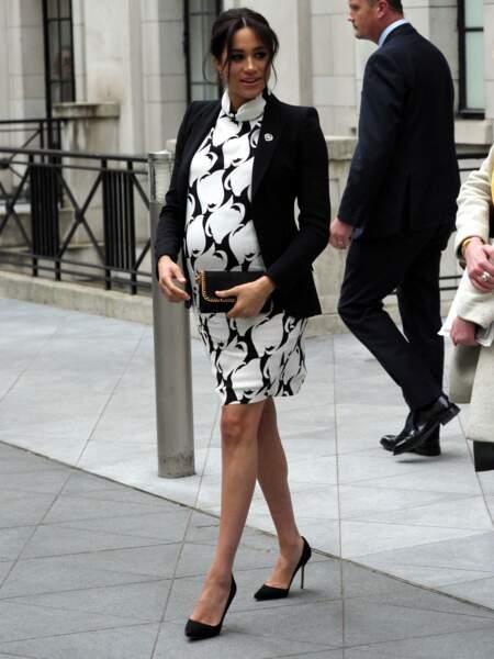 Meghan Markle en robe courte blanche Reiss et veste Alexander McQueen, et toujours ses escarpins le 8 mars 2019