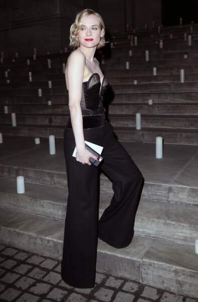 La belle affiche une silhouette élégante sublimée par un pantalon flare