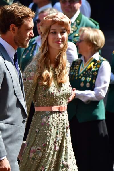 Beatrice Borromeo sublime avec ses cheveux dorés, sa robe chic et son bandeau rosé dans les cheveux