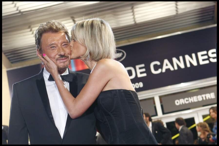 """Johnny et Laeticia Hallyday lors de la montées des marches du film """"Vengeance"""" à Cannes en 2009"""