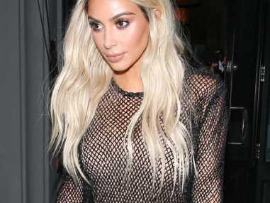 Kim Kardashian repasse au blond pour l'expo secrète de Kanye West