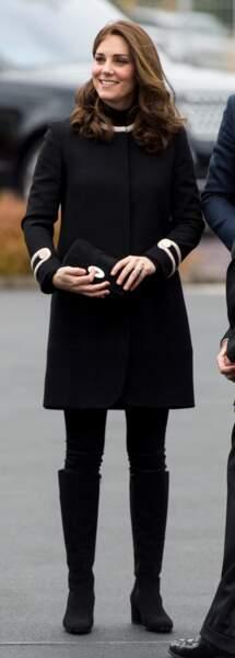 Kate Middleton radieuse en bottes, jean stretch et manteau Goat Fashion