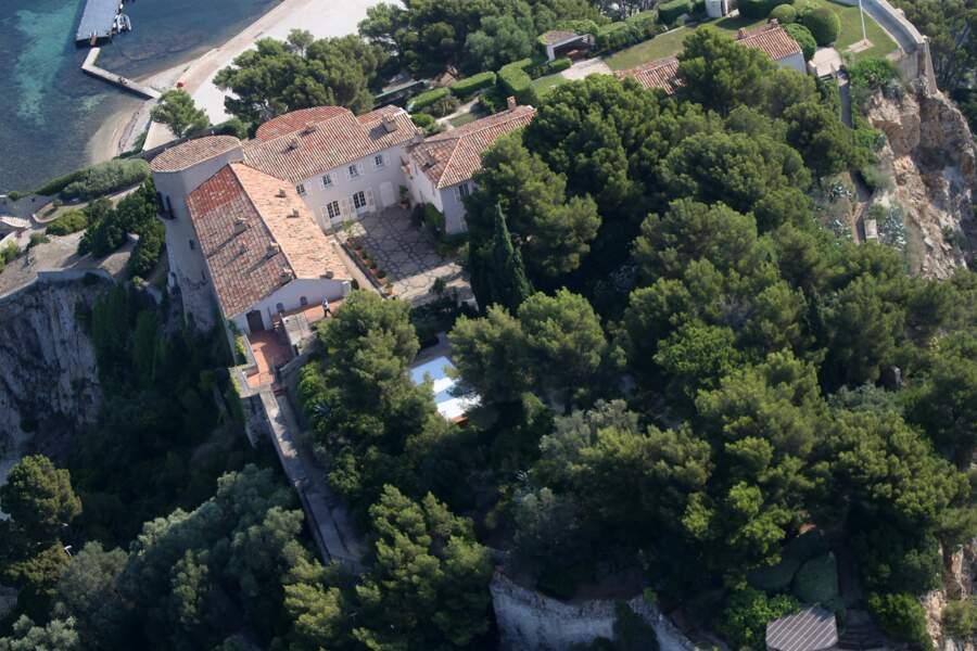 Vue sur le fort de Brégançon et sa fameuse piscine, où Emmanuel et Brigitte Macron passent leurs vacances