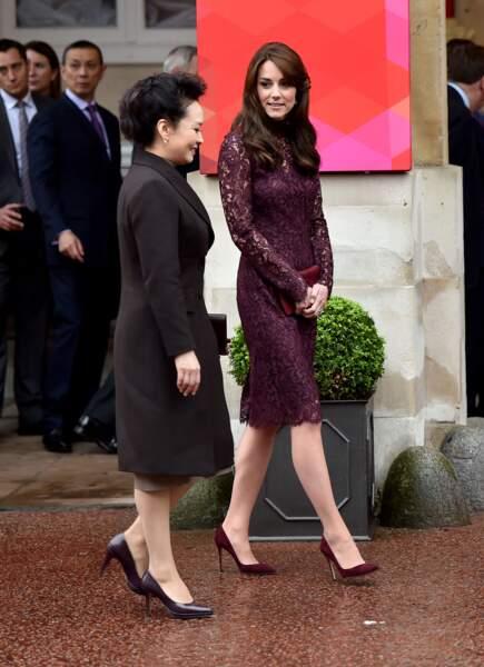 Kate Middleton en escarpins Gianvito Rossi, avec la femme du président chinois Xi Jinping à Londres en 2015