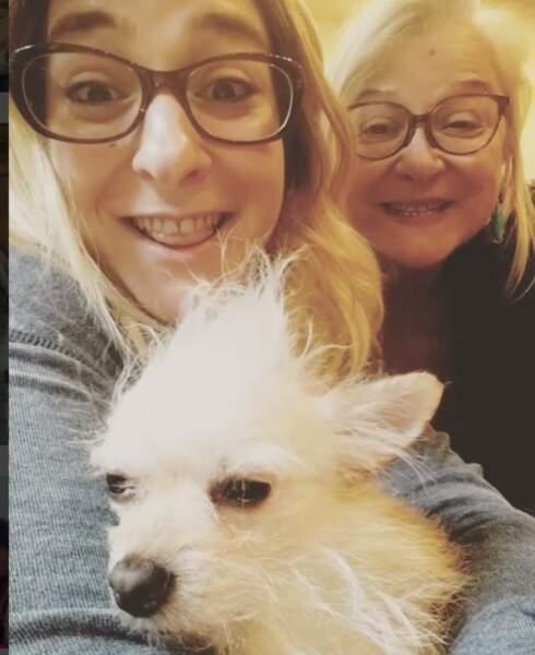 Fille, mère et Sckrapy, le chien