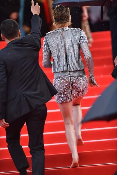 Kristen Stewart dévale les escaliers sans ses chaussures