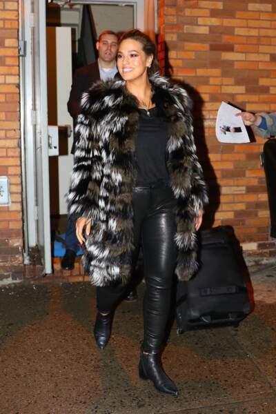 La top internationale Ashley Graham est radieuse dans ce manteau en fausse fourrure.