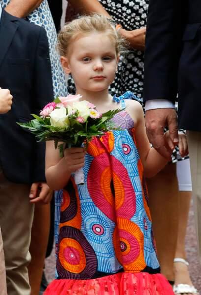 Gabriella portait une robe multicolore à imprimé africain