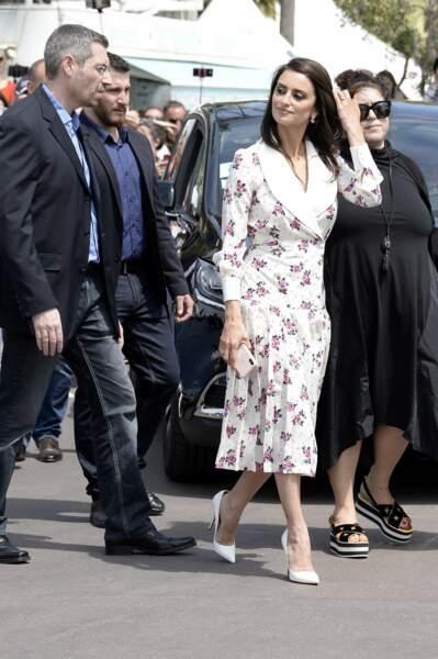 Penelope Cruz a craqué pour une robe Alessandra Rich sur la Croisette, le 8 mai 2018