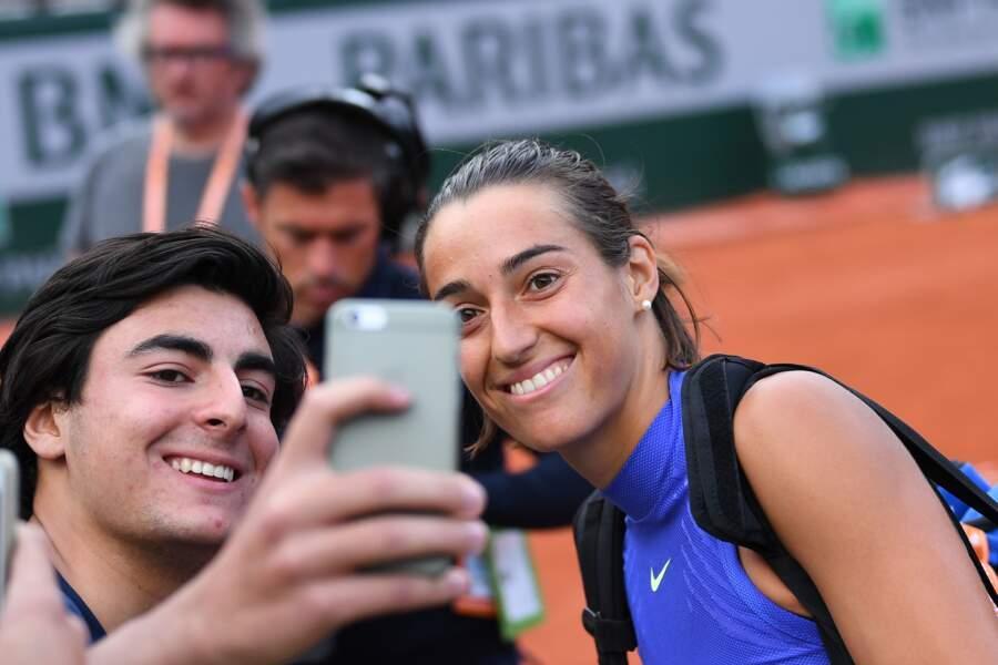 Caroline Garcia fait un selfie avec un fan