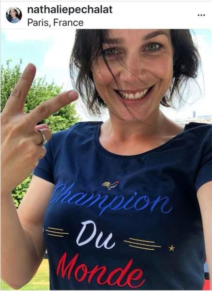 Nathalie Péchalat arbore aussi un maillot tricolore pour soutenir l'équipe.