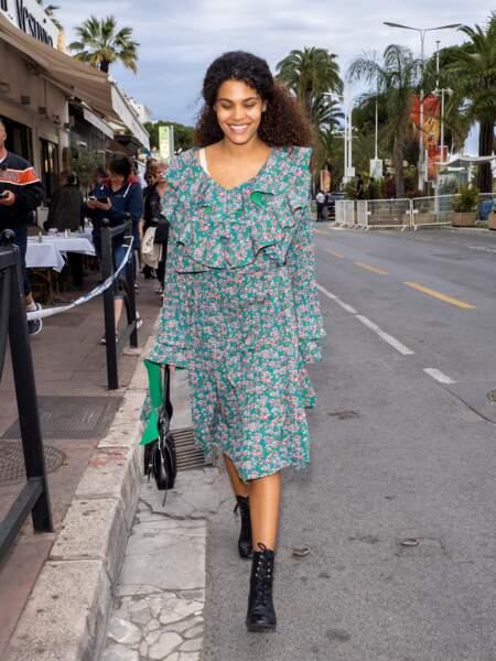 Tina Kunakey souriante et stylée sans maquillage à Cannes