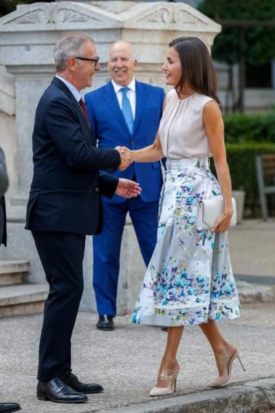 Letizia d'Espagne mixe souvent top uni de couleur pastel à une jupe longue imprimée