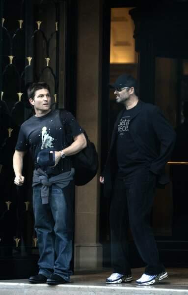 2005: George et Kenny, sortant du George-V. Le couple venait souvent applaudir les défilés de mode parisiens.