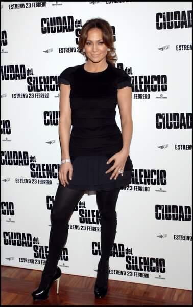 Jennifer Lopez en total look noir pour Bordertown à Madrid