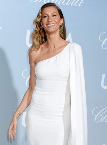 La peau caramel de Gisele Bundchen est particulièrement bien rehaussée par cette robe blanche.