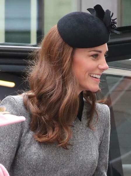 Kate Middleton radieuse avec les cheveux lâchés et joliment brushés sous son bibi