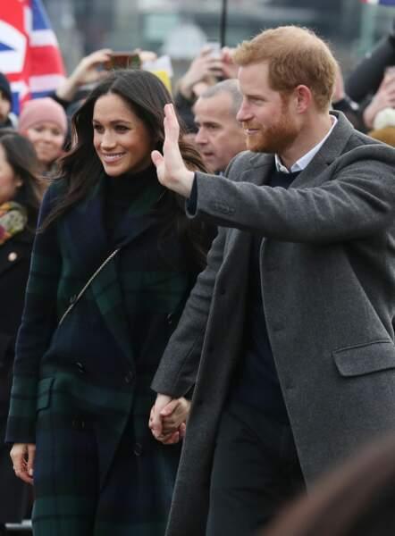 Le prince Harry et Meghan Markle main dans la main, saluent les habitants d'Edimbourg février 2018.