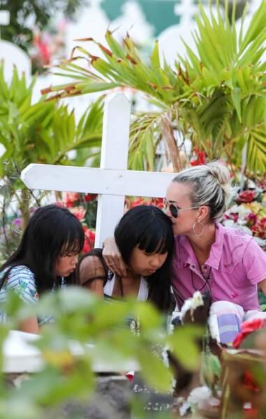Laeticia Hallyday et ses filles Jade et Joy se recueillent devant la tombe de Johnny à St-Barth le 17 avril 2018
