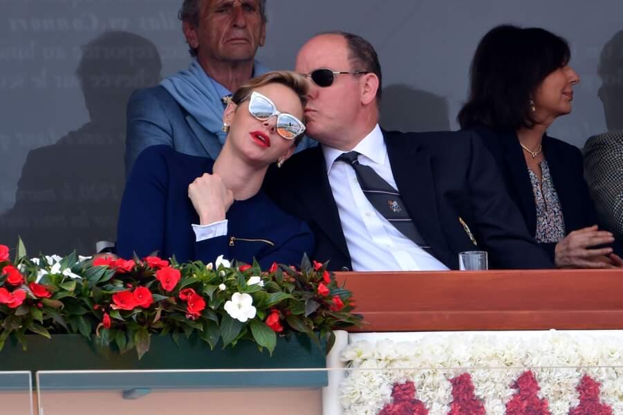 Un geste tendre d'Albert pour son épouse Charlène dans les tribunes du Monte Carlo Rolex Masters, en 2016