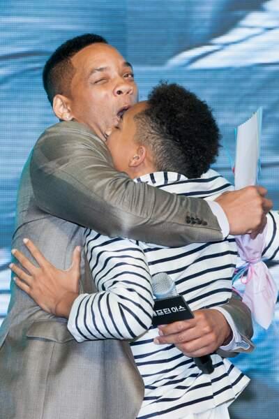 Will Smith offre à son fils Jaden un câlin plutôt embarrassant