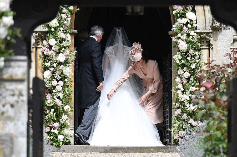 Kate arrange la robe de sa soeur