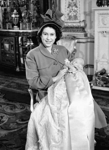 Le prince Charles dans les bras de la reine Elizabeth, le 15 décembre 1948
