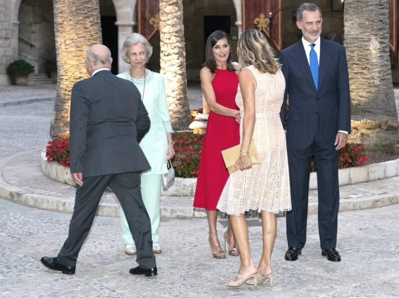 Letizia d'Espagne arborait un look chic et élégant en robe midi