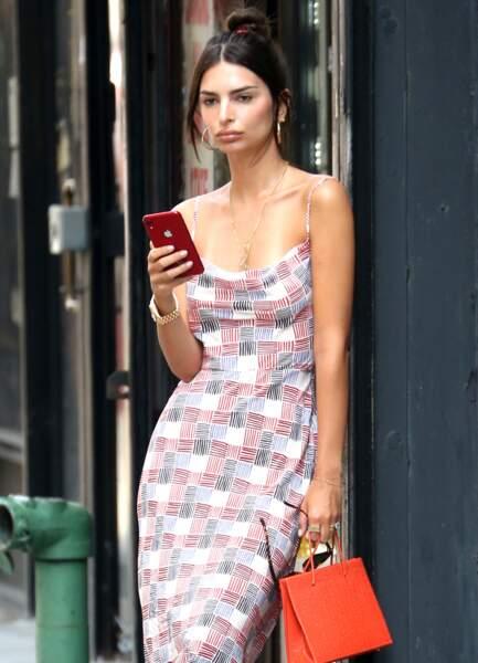 Emily Ratajkowski, désinvolte dans sa robe Realisation Par, se promène à New York, le 11 juillet 2019.