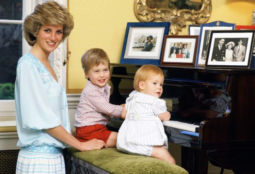 Diana, avec William et Harry au piano dans leur résidence du palais de Kensington, en 1985