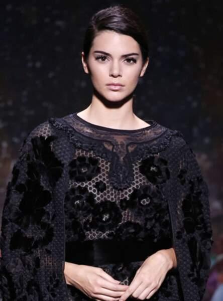 La raie asymétrique de Kendall Jenner au défilé Fendi Fall/Winter 2017-2018