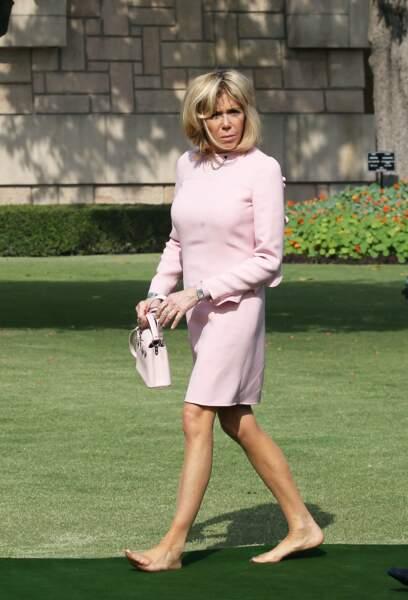 Brigitte Macron en robe rose Louis Vuitton, pieds nus pour la cérémonie d'hommage à Gandhi  au mémorial Raj Ghat