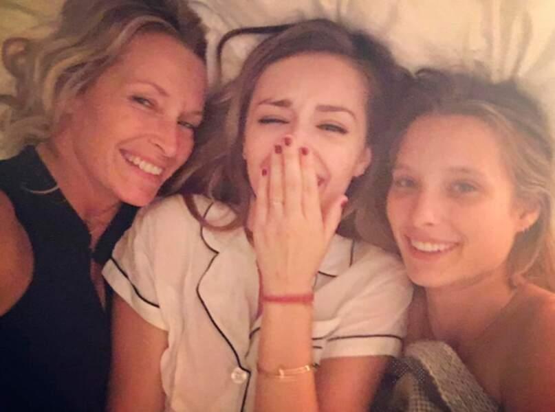 Emma Smet, sa sœur Ilona et sa maman Estelle partagent la même blondeur, et le même sourire