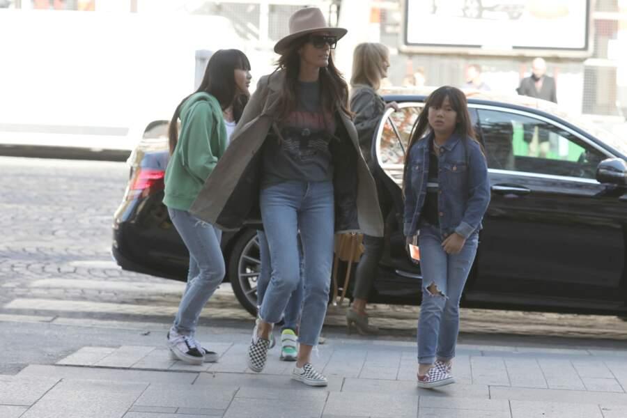 Laeticia Hallyday arrive avec ses filles et des amies à La Joia, restaurant d'Hélène Darroze, à Paris, le 8 octobre